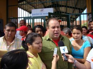 Alcalde Carlos Añez declara a la prensa una vez cumplido con su derecho al voto