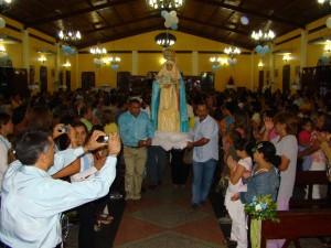 Centenares de feligreses asistieron al acto eclesiástico en honor a la virgen La Candelaria