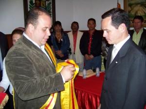 Vielma Mora recibio de manos del Alcalde condecoración Ciudad de Tinaquillo en su primera clase