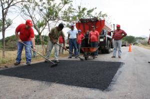 ALcalde motivando a trabajadores de Bacheo