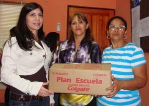 Primera Dama Yainep de Añez acompañada deLcda Milagros Amaro entregaron kits colgates a directores