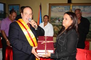 Momentos cuando el Alcalde hacia entrega de la memoria y cuenta a la presidenta de la camara municipal Judiht Vega.