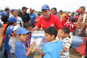 Alcalde entrega material deportivo en la floresta