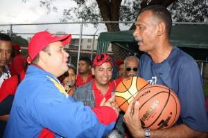 Ramon Tulo Rivero recibe por parte del alcande donacion de equipos deportivos