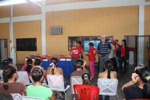 Alcalde entrega Uniformes a Deportistas