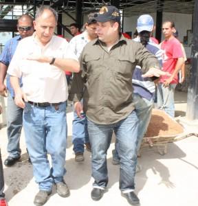 alcalde y ministro farruco en el recorrido.